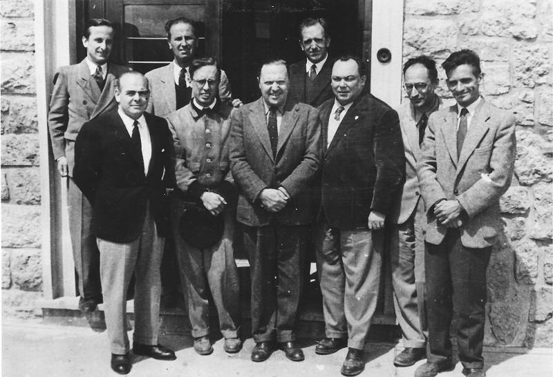 El primer plantel docente del Instituto Balseiro, en agosto de 1955
